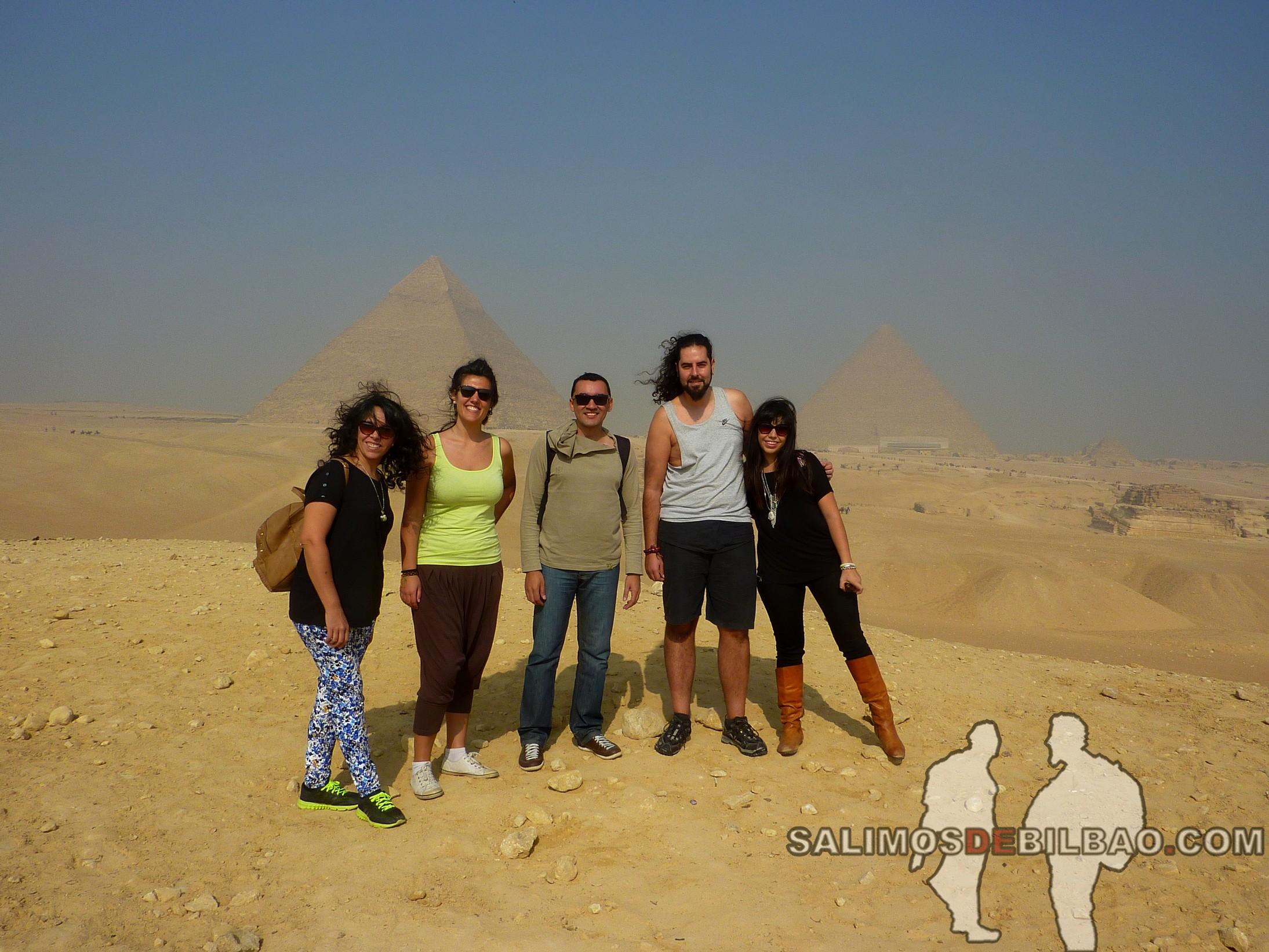 0084. Katz y Saioa con los argentinos, Pirámides de Giza