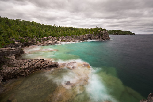 indianheadcove brucepeninsulanationalpark bricepeninsula georgianbay ontario canada tobermory summer long exposure shore waves trees rocks forest clouds clear warer cold deeo flat
