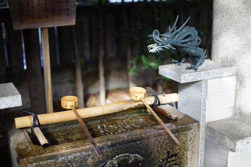 Sony α7Ⅱ+CARL ZEISSのPlanar T 2 50 ZM雑司ヶ谷大鳥神社の手水舎