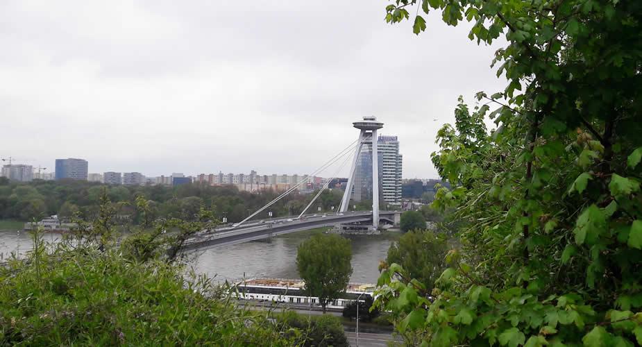 Architectuur in Bratislava: UFO op de brug | Mooistestedentrips.nl