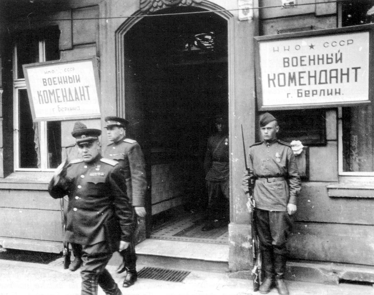 1945. Первый комендант Берлина генерал-полковник Николай Эрастович Берзарин выходит из здания комендатуры.