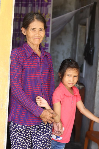 Ms. Duong Thi Hue and her granddaughter