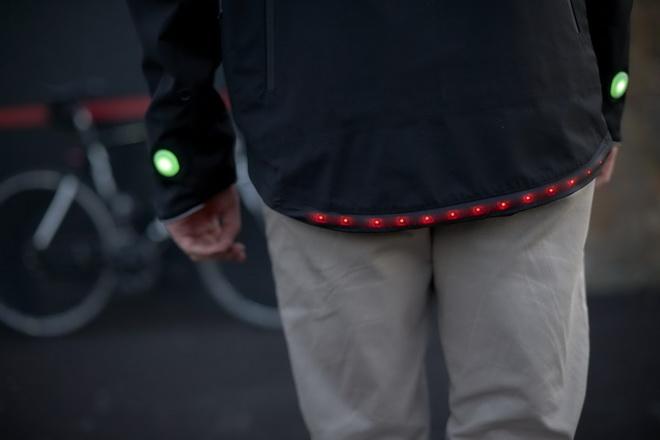【圖六】在智慧夾克的背部下方更配有一排LED燈具,以作為單車騎士的煞車燈號。