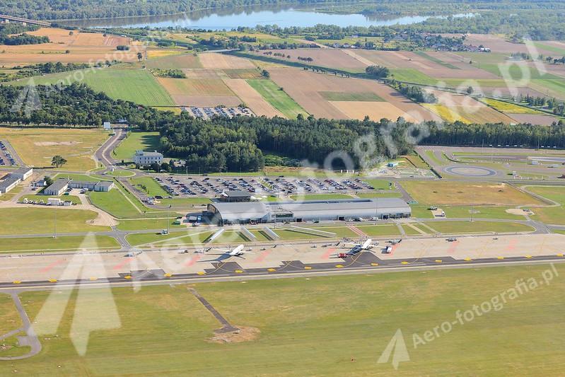 Płyta postojowa lotniska w Modlinie z dwoma samolotami Boeing 737-800.