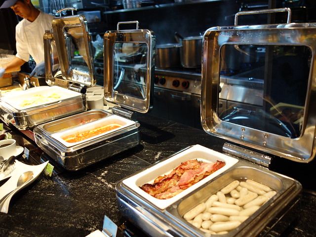 有培根、熱狗、荷包蛋、薯餅之類的菜色@高雄H2O水京棧國際酒店
