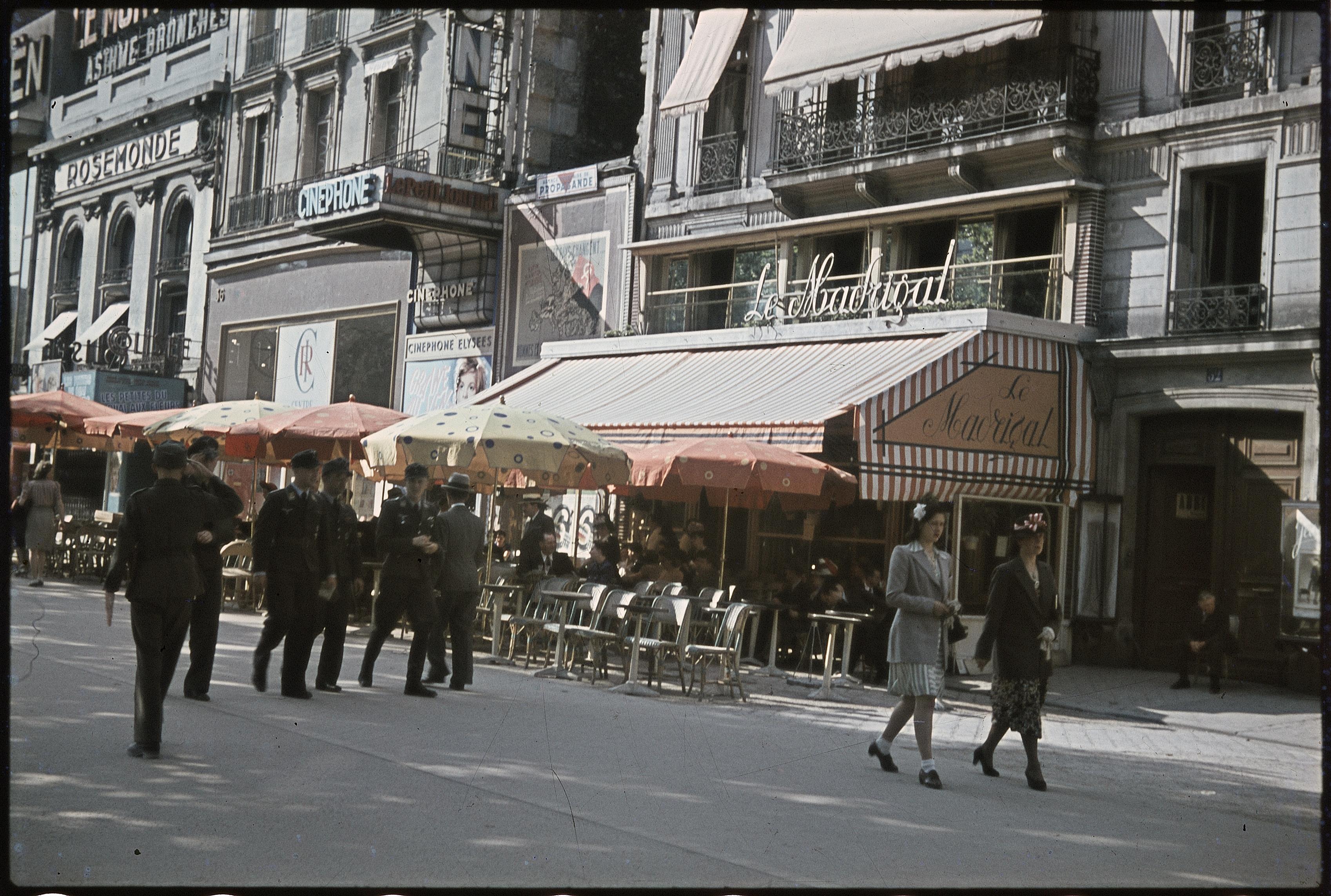 Немецкие солдаты перед кафе «Мадригал» на Елисейских полях