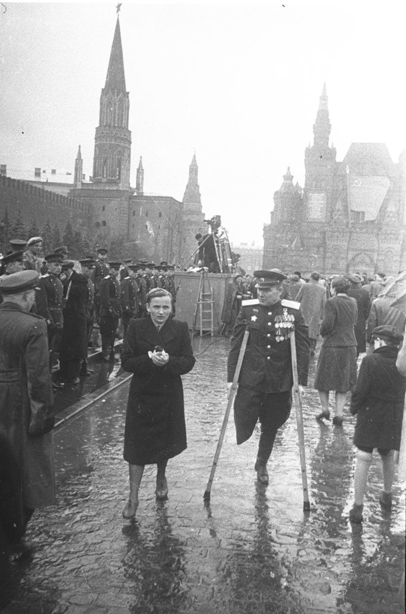 1945. Герой Советского Союза генерал-майор А.В. Гладков с супругой по окончании Парада Победы.