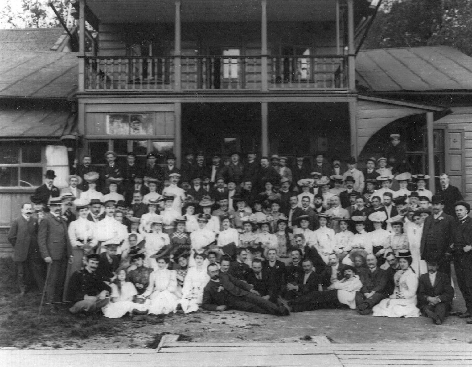 Группа членов общества у дачи. 1907