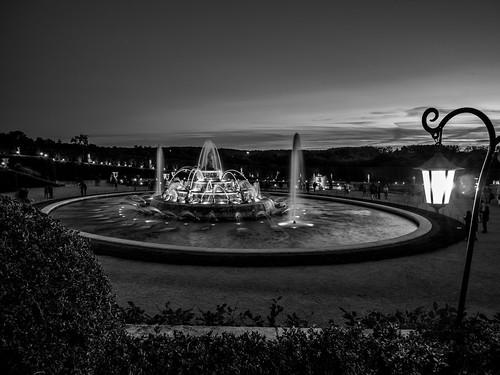 La fontaine et le coucher de soleil (N&B)