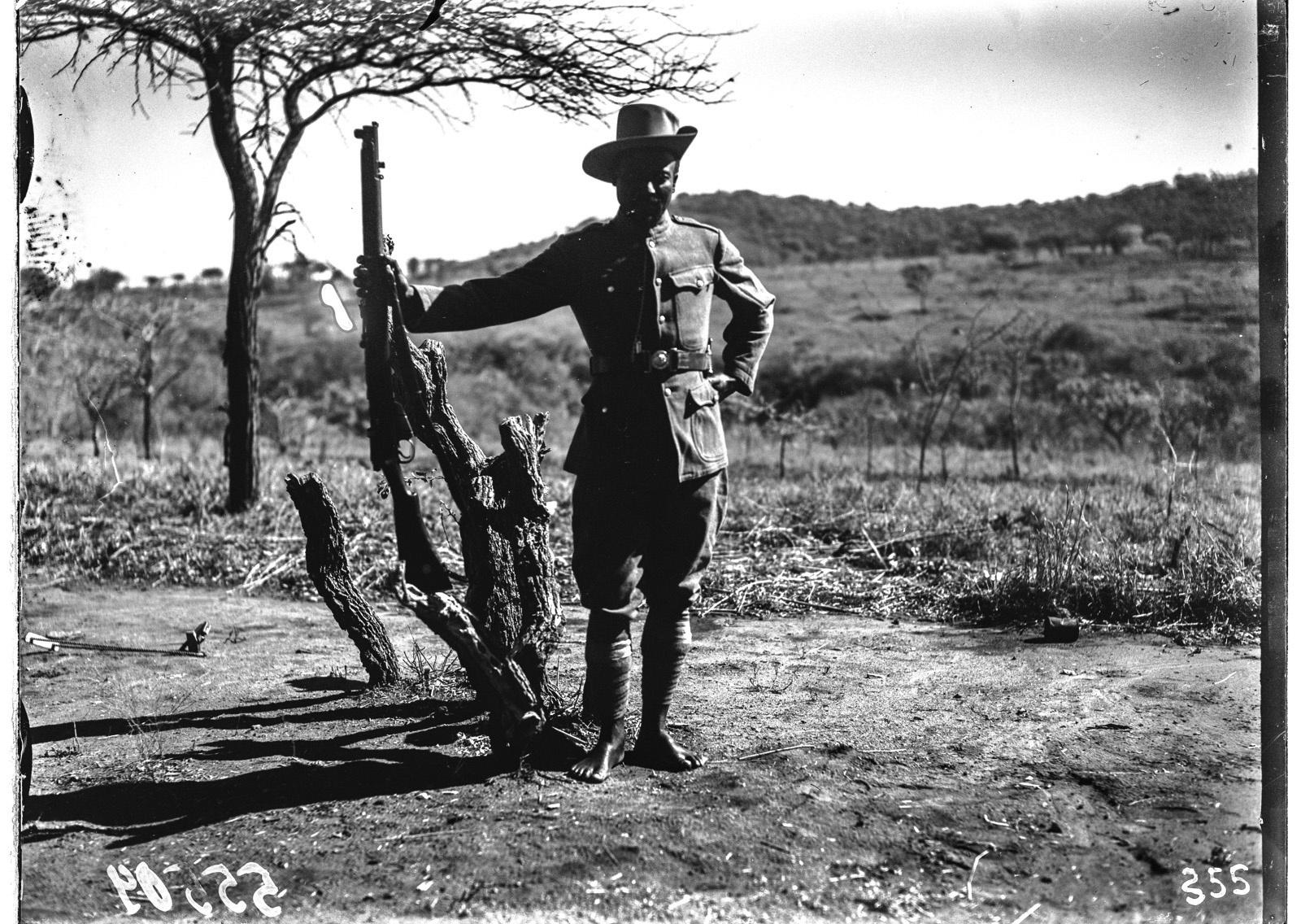 Южно-Африканский Союз. В окрестностях Претории. Солдат с винтовкой