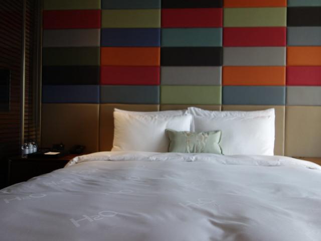 床頭邊有小小的床頭櫃@高雄H2O水京棧國際酒店