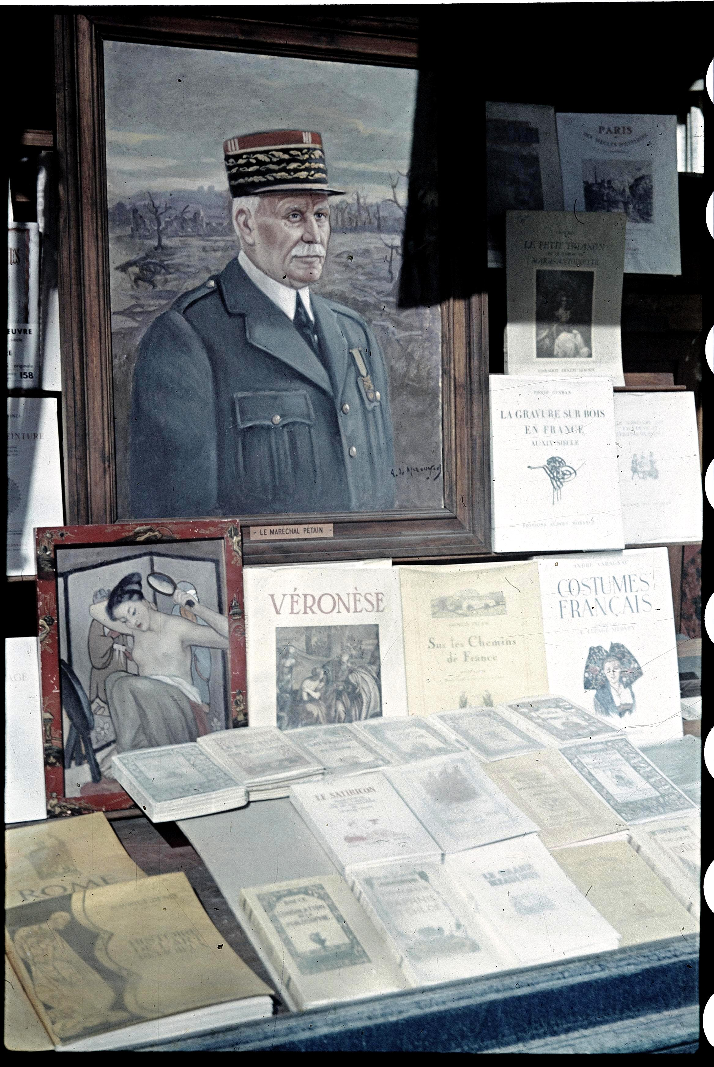 Маршал Петен в витрине магазина книготорговца