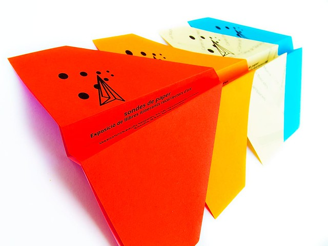 Detall dels avions volanders de papers de colors.
