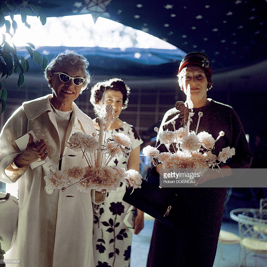 1960. Палм-Спрингс. Женщины с цветами