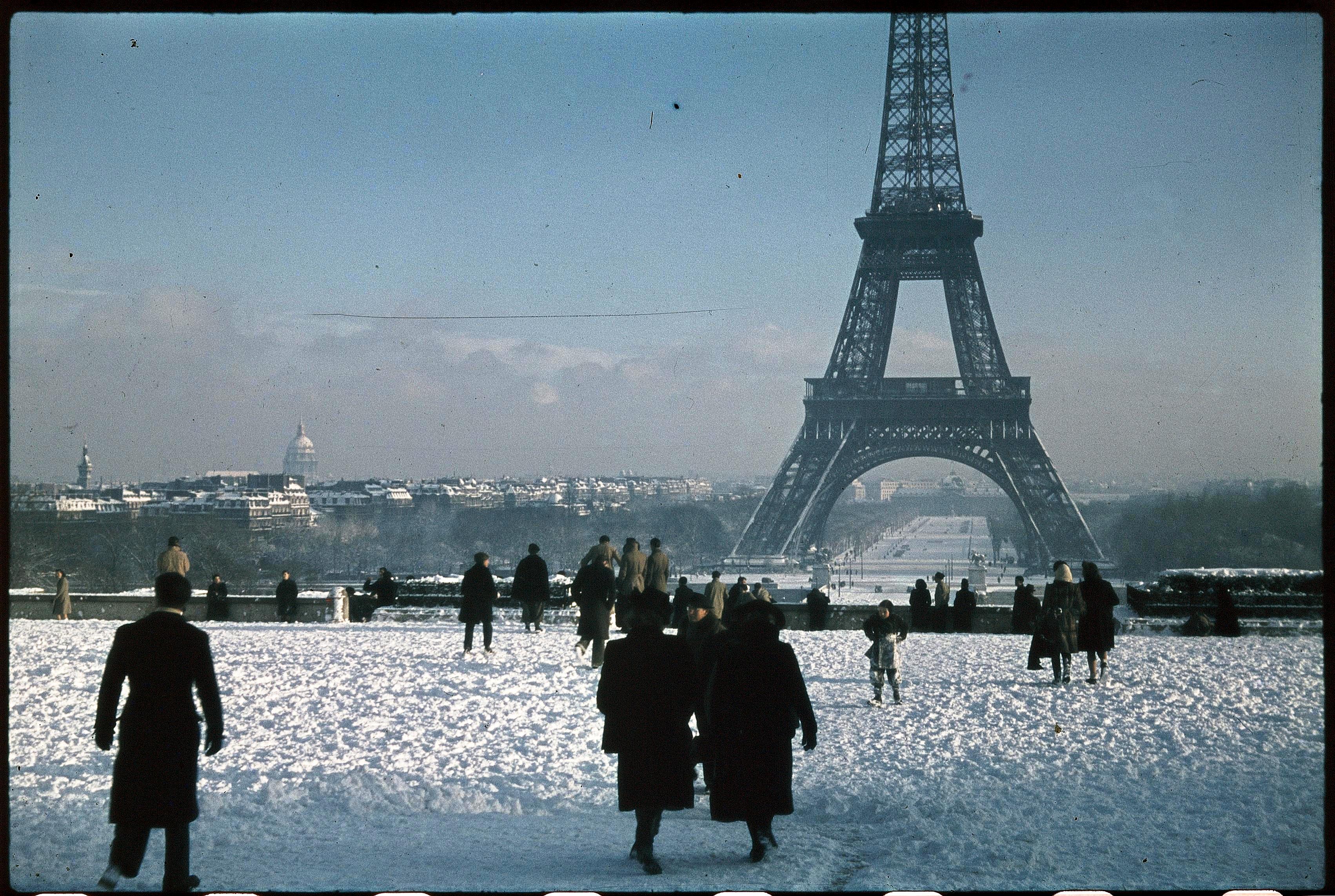 Окрестности Эйфелевой башни зимой