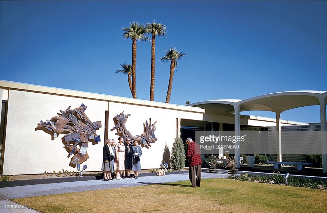 1960. Палм-Спрингс. Человек фотографирует женщин перед домом