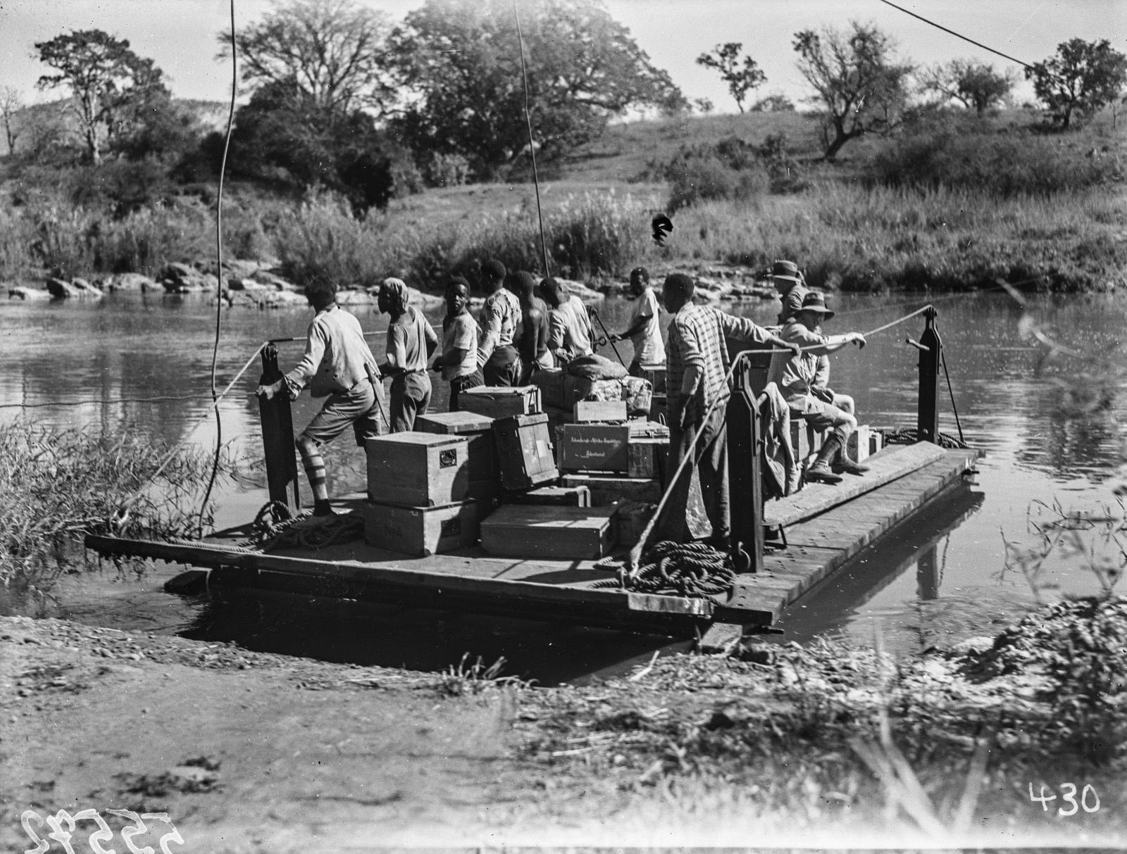 Малалане. Реакционный паром, используемый для перевозки через реку.  Вещи экспедиции погружены на паром