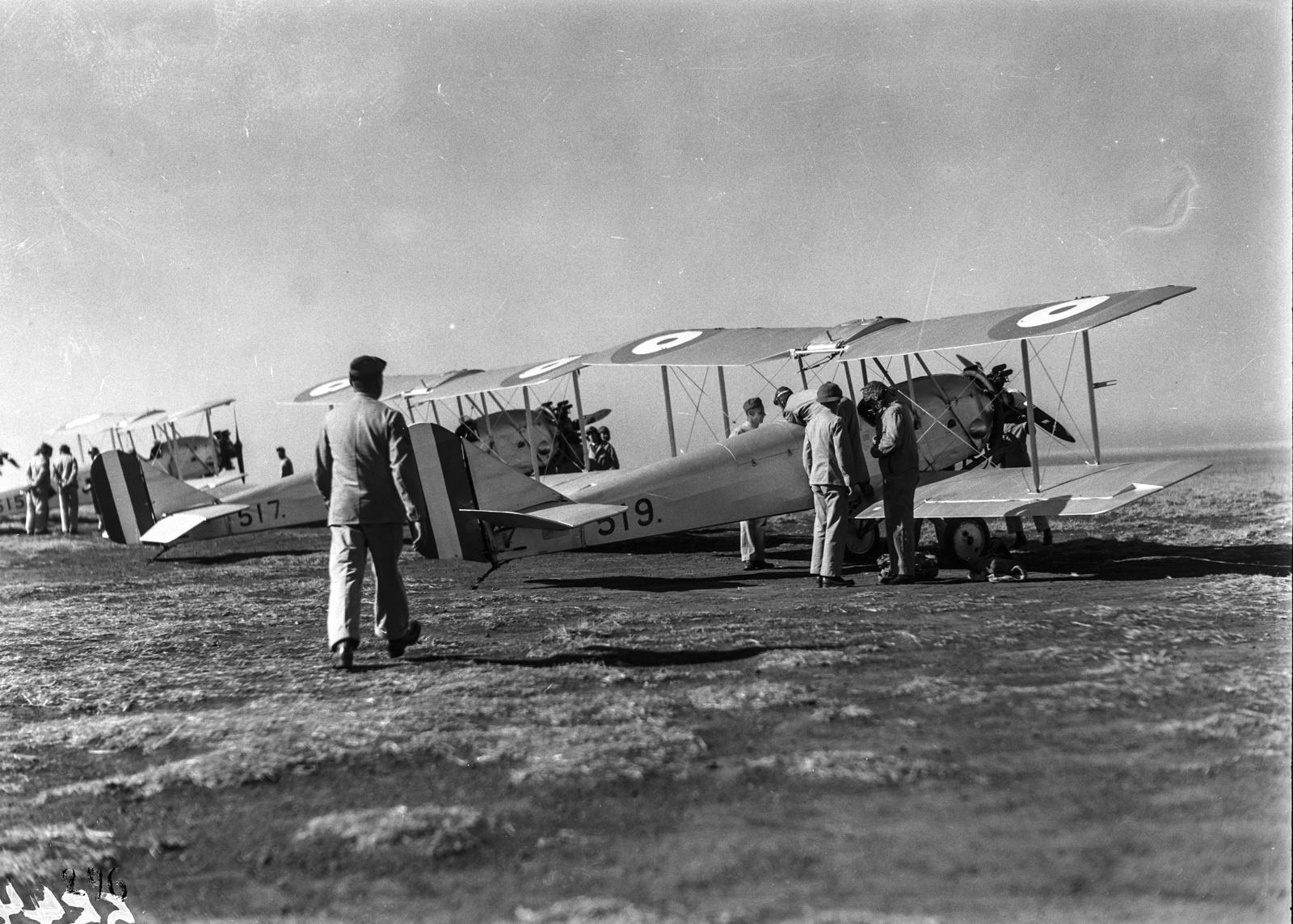 Южно-Африканский Союз. Претория.  Участники экспедиции на аэродроме Претория садятся в самолет