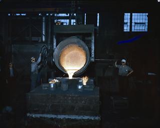 Two steel workers emptying out a large crucible of white-hot steel, Hamilton, Ontario / Deux sidérurgistes vident un grand creuset d'acier chauffé à blanc, Hamilton (Ontario)