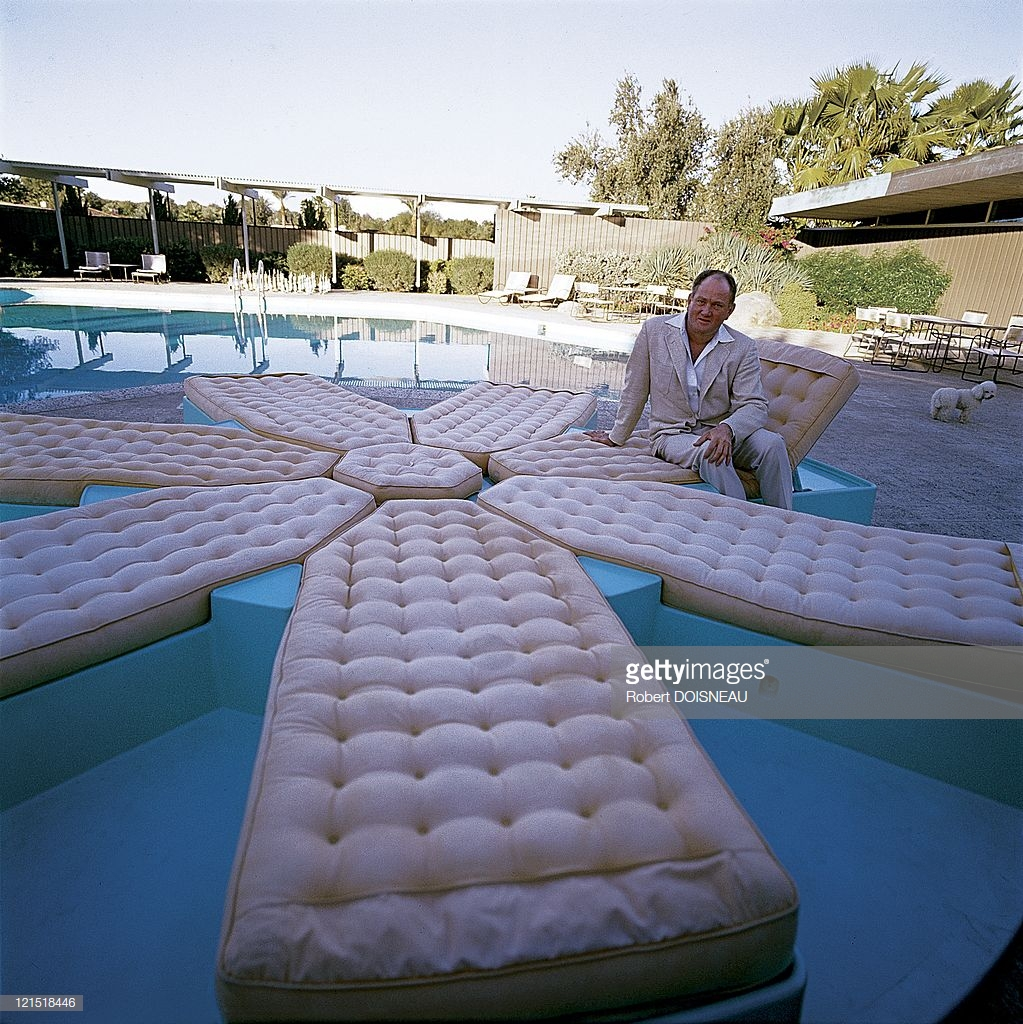 1960. Палм-Спрингс. Мужчина с матрасами у бассейна