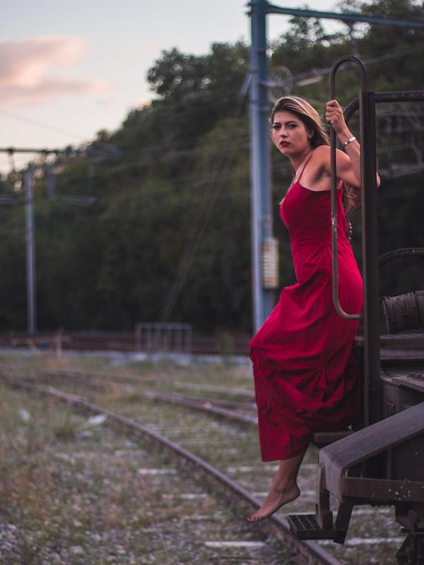 La jeune fille sur les rails! 44471197961_8e1bc7935c_c
