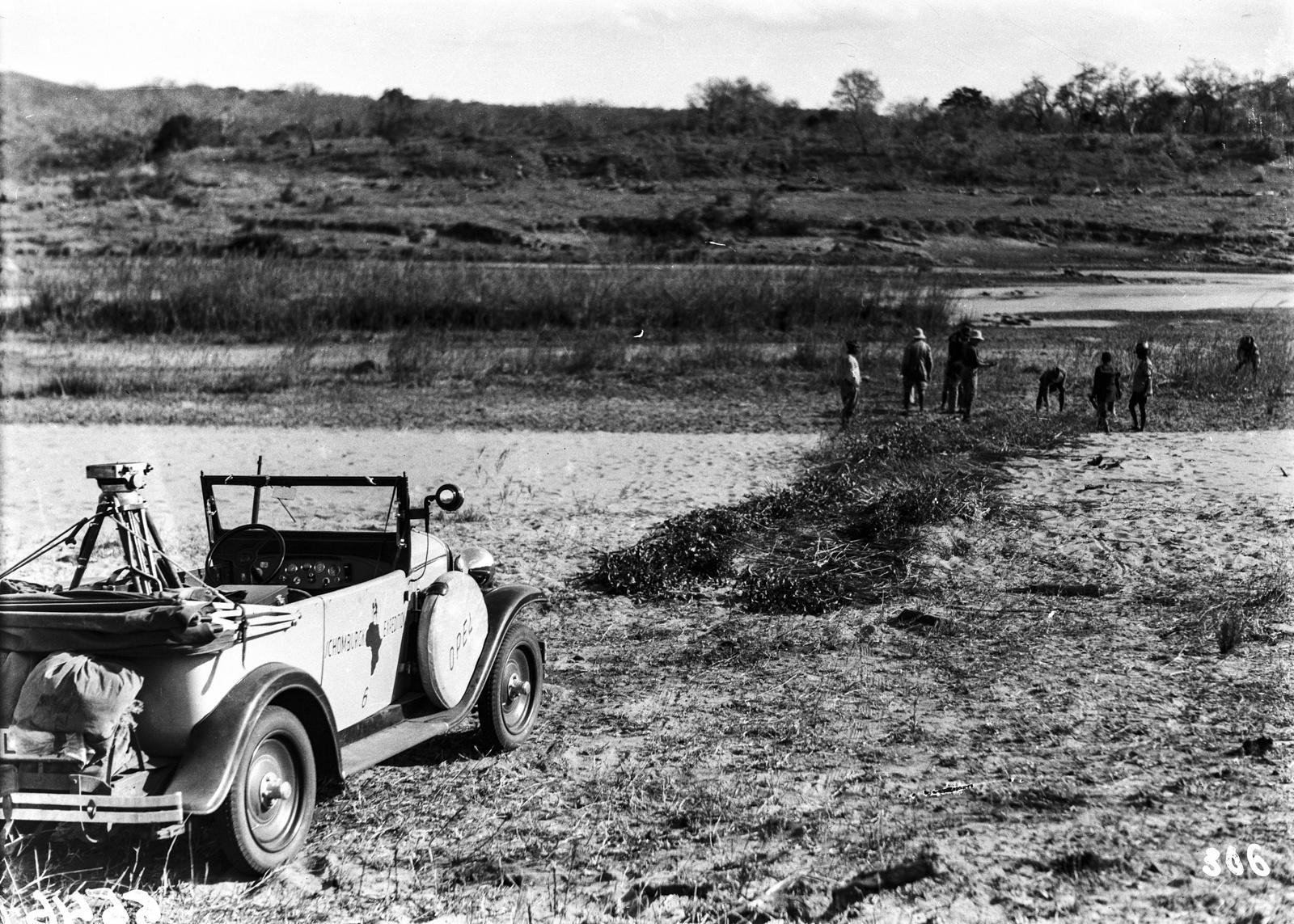 Южно-Африканский Союз. Квазулу-Наталь. Экспедиционный автомобиль. На заднем плане участники экспедиции по исследованию района