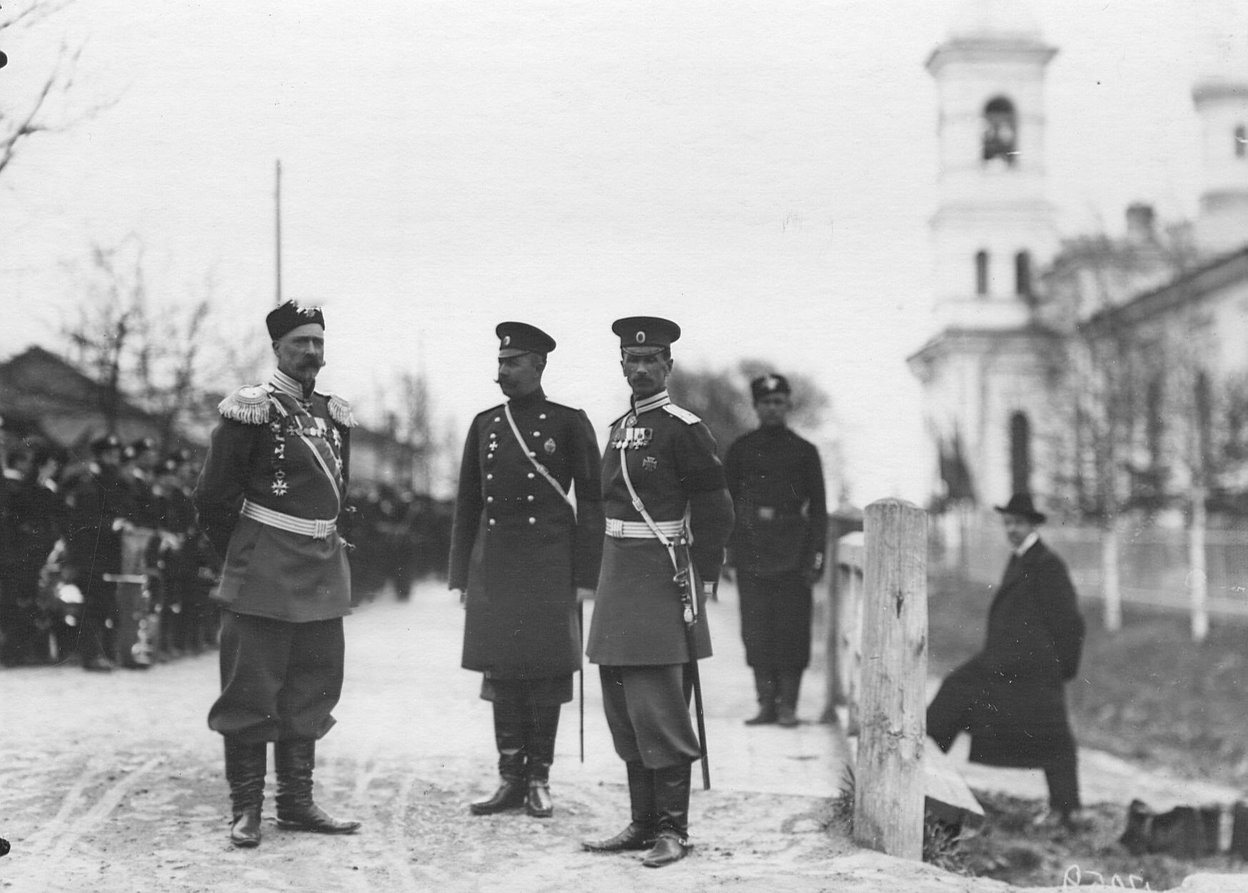 Командир 2-го стрелкового Царскосельского батальона с группой военных в городке батальона на Гатчинском шоссе, справа - полковая церковь святого Преподобного Сергия Радонежского. 19 ноября (2 декабря) 1904 года