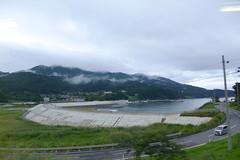 リアス式の三陸海岸沿いを走り、車窓からは所々で海が見える。東日本大震災による津波被災とそれ以降の堤防工事により沿線風景は一変