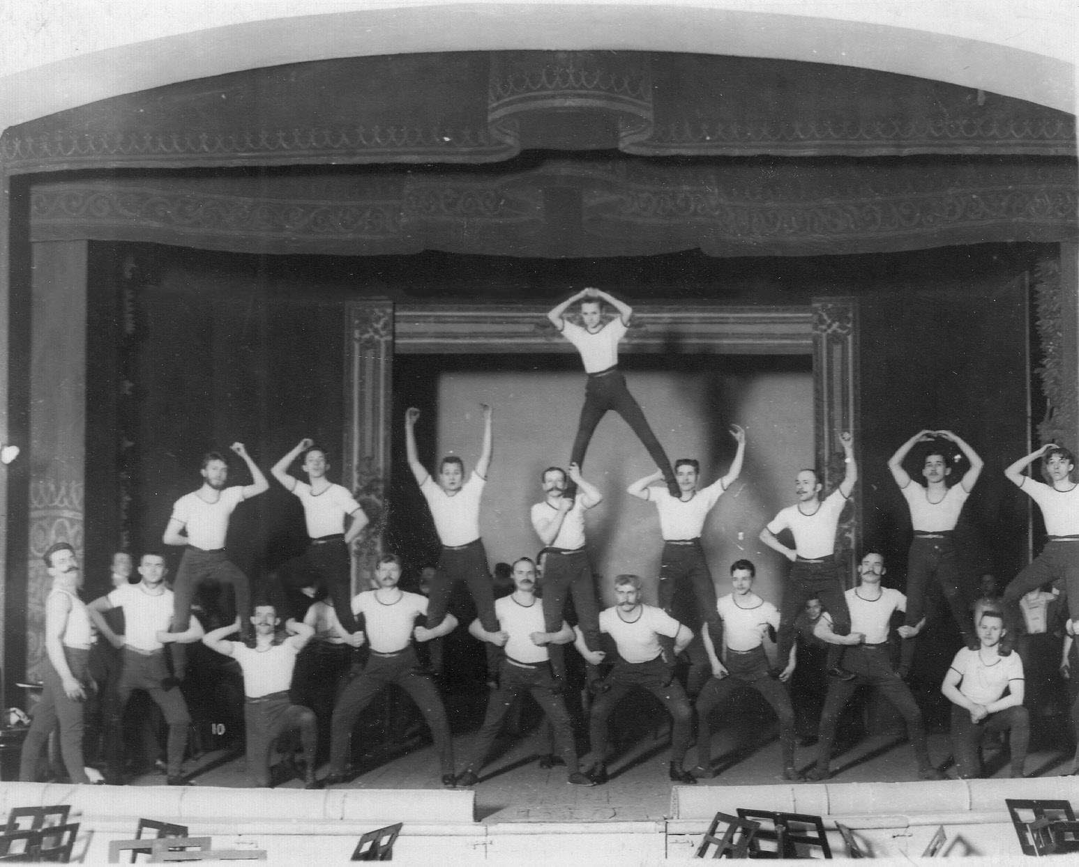 Группа гимнастов на сцене. 1907