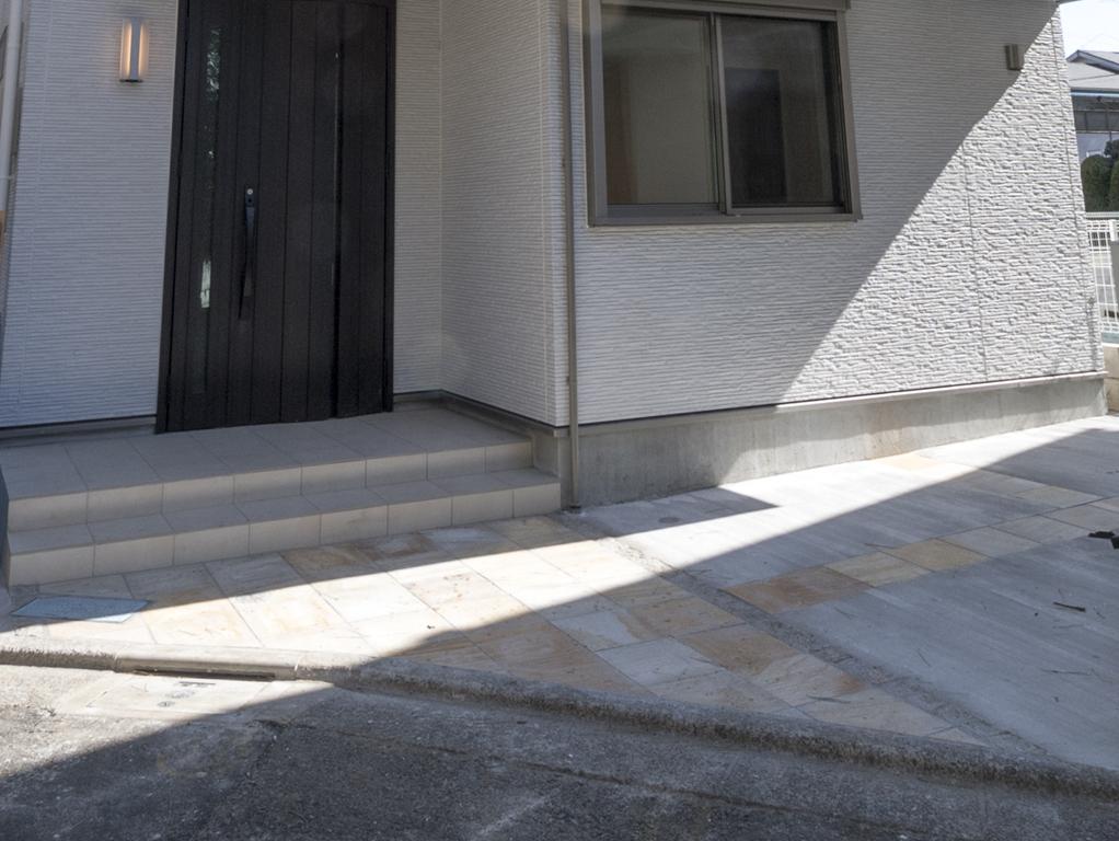 玄関と駐車場
