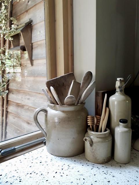 Keulse potten met houten lepels keuken