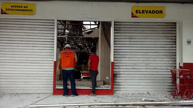 Área afetada por incêndio em supermercado recebe terceira visita da Defesa Civil