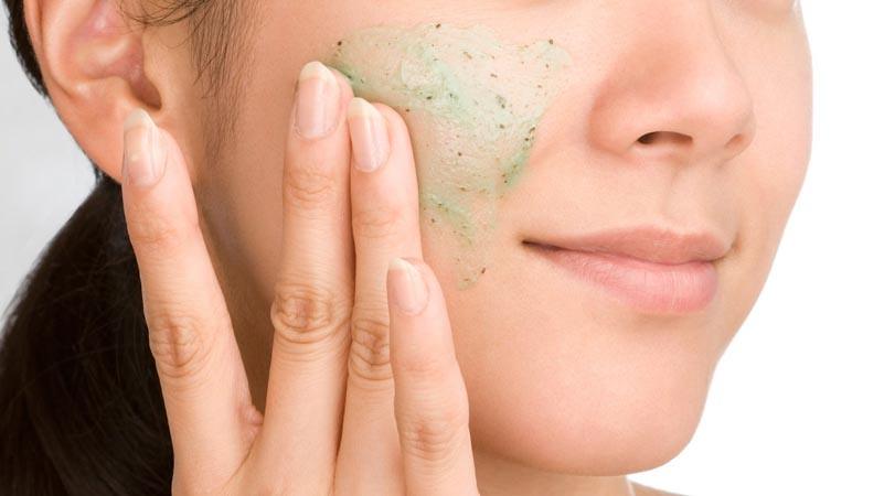 Menggunakan scrub adalah salah satu cara agar kulit menjadi glowing.