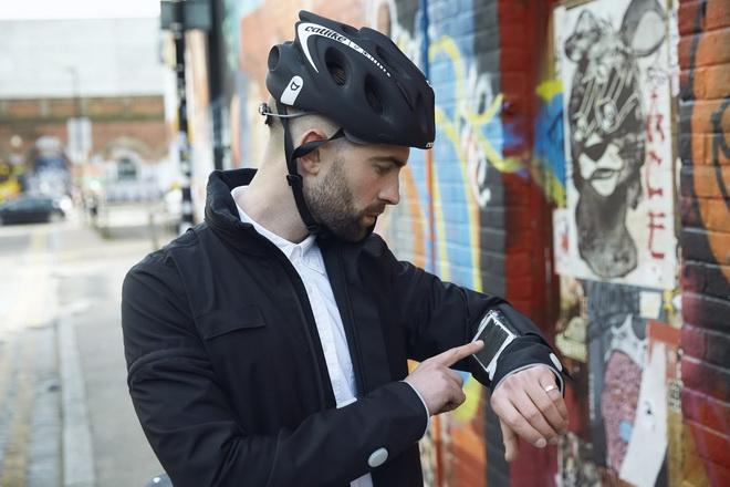 【圖一】Ford著手研發出一款智慧型穿戴裝置─智慧夾克(Smart Jacket),騎士可輕鬆地了解行車路線,並更清楚地讓其他用路人留意騎士的位...