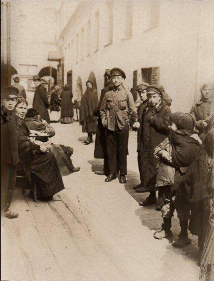 1917. Дети во дворе Большой синагоги