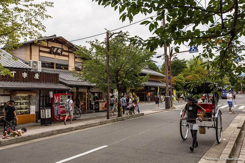 Una de las calles principales de Arashiyama, llena de restaurantes y tiendas