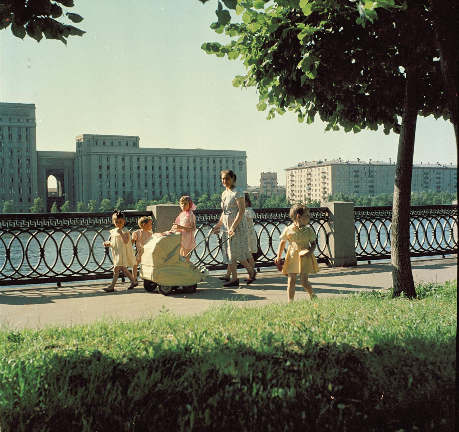 1959. С детьми на прогулке