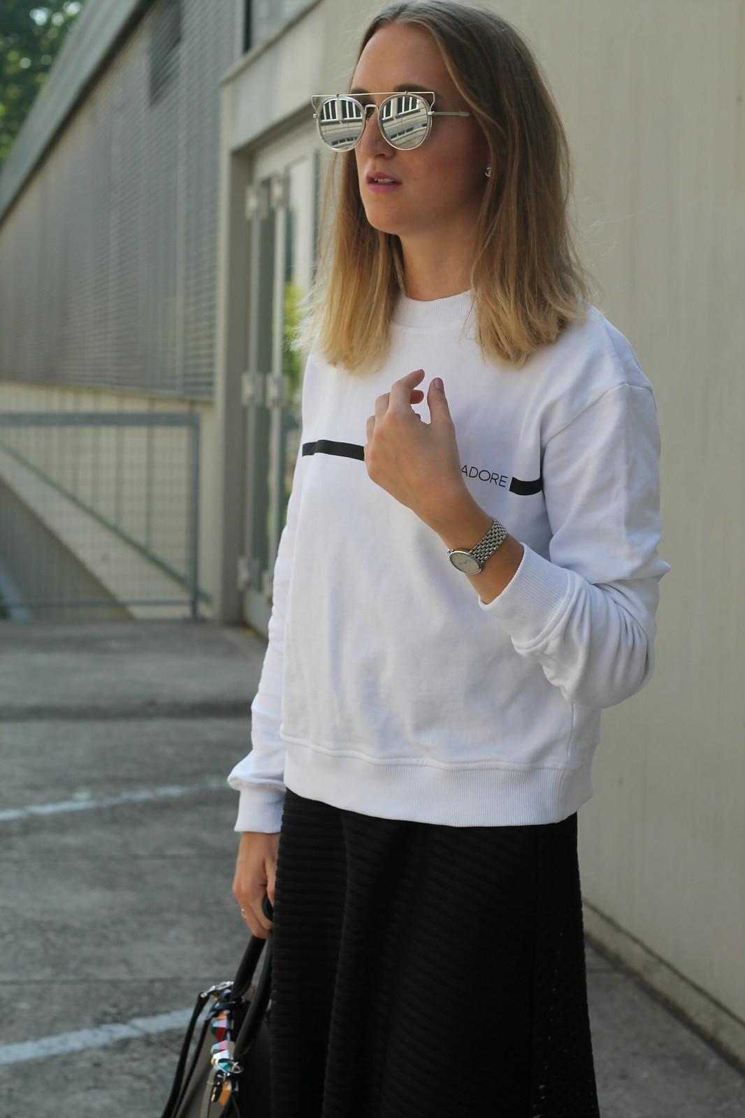 sweater-and-midi-skirt-close-up-wiebkembg