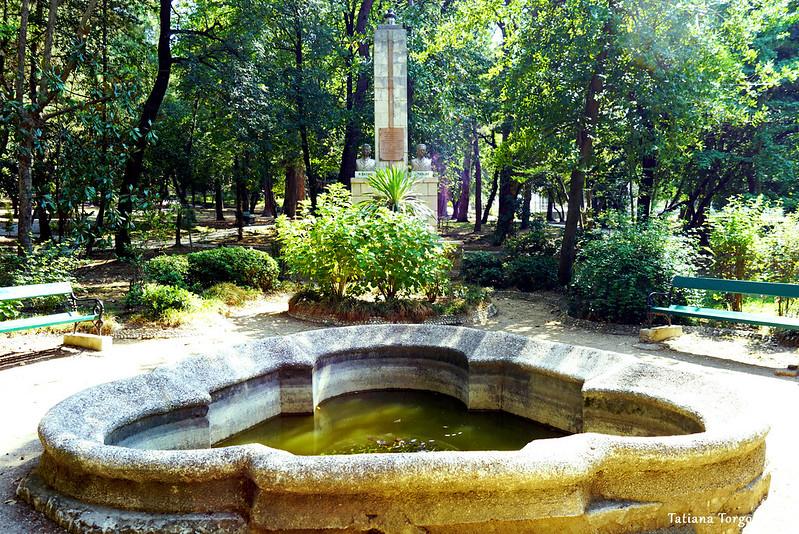 Памятник на территории парка