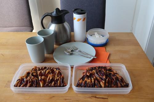 Schneller Pflaumenkuchen und Kaffee (für's Picknick zusammengepackt)
