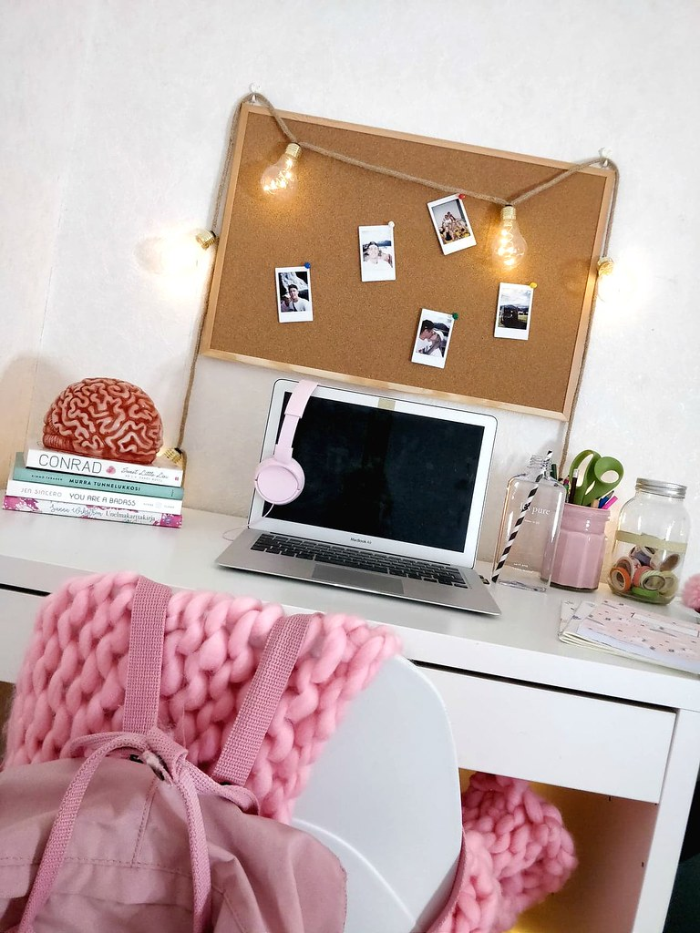 psykologian opiskelija yliopisto bloggaaja työpöytä pinkki