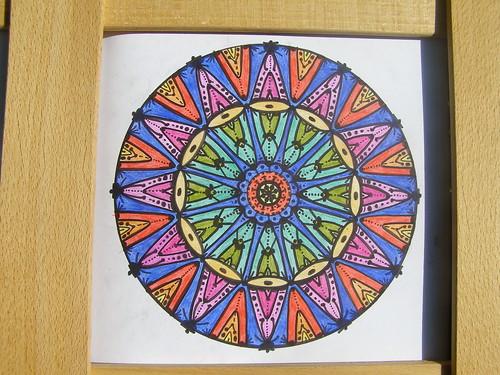 ausgemalte Mandalavorlagen mit eingezeichneten Mustern