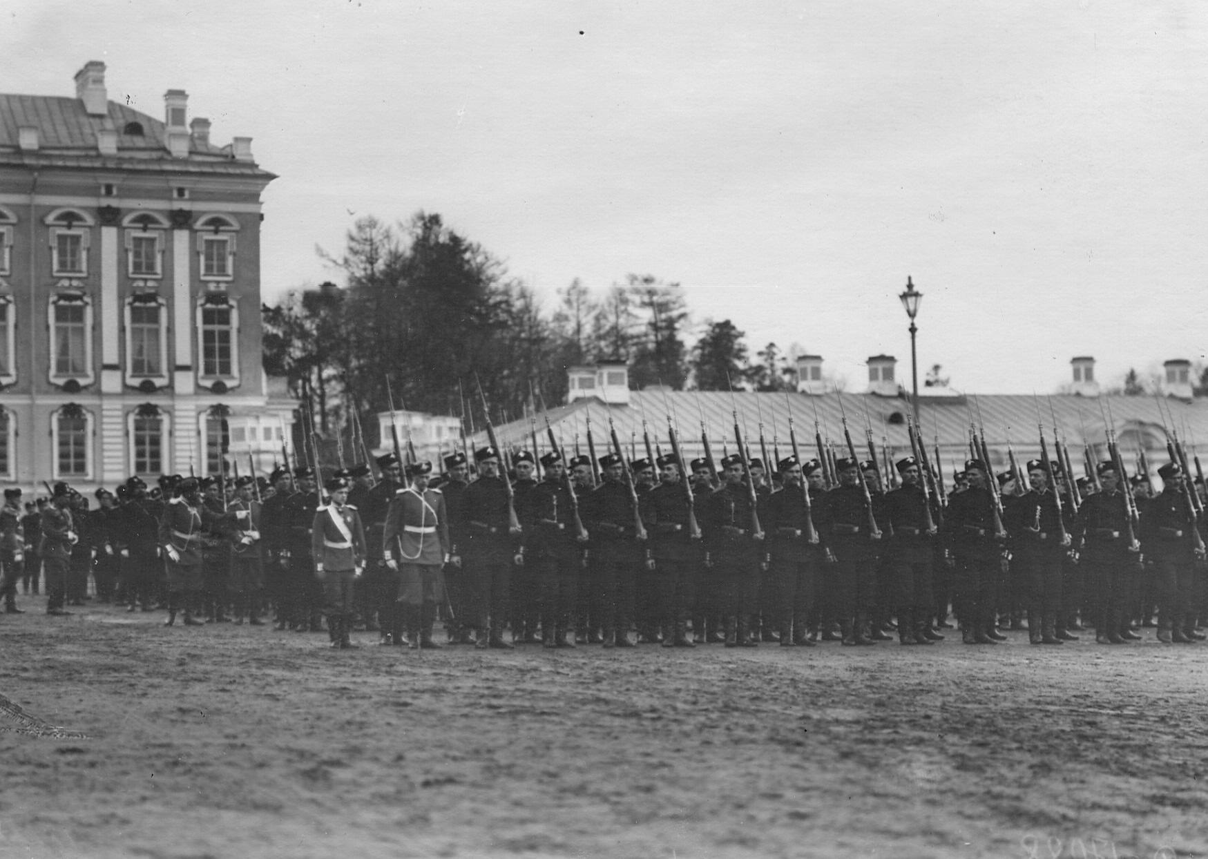 Церемониальный марш  2-го Царскосельского стрелкового батальона .В строю слева - шеф батальона великий князь Дмитрий Павлович.