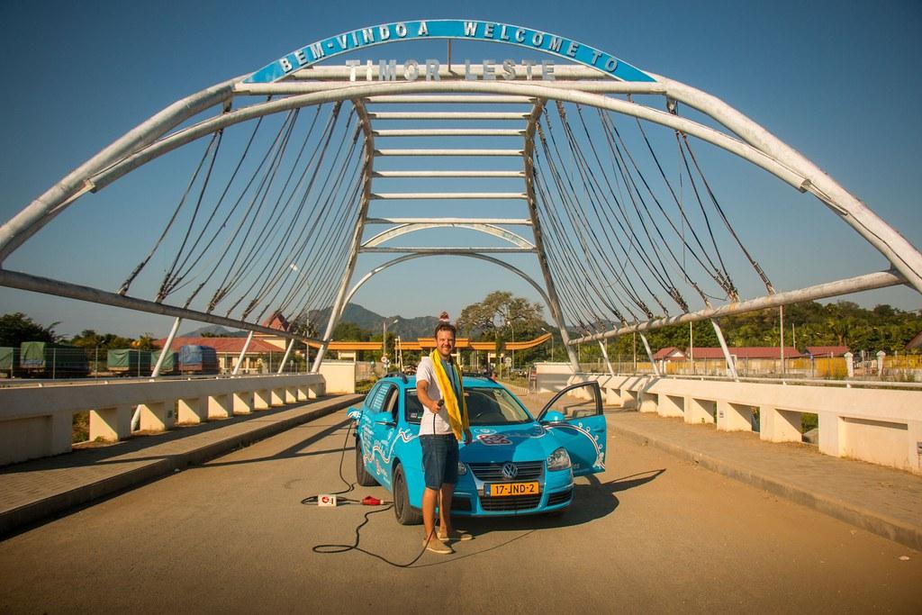 Со Golf V преправен на струја на пат околу светот 1