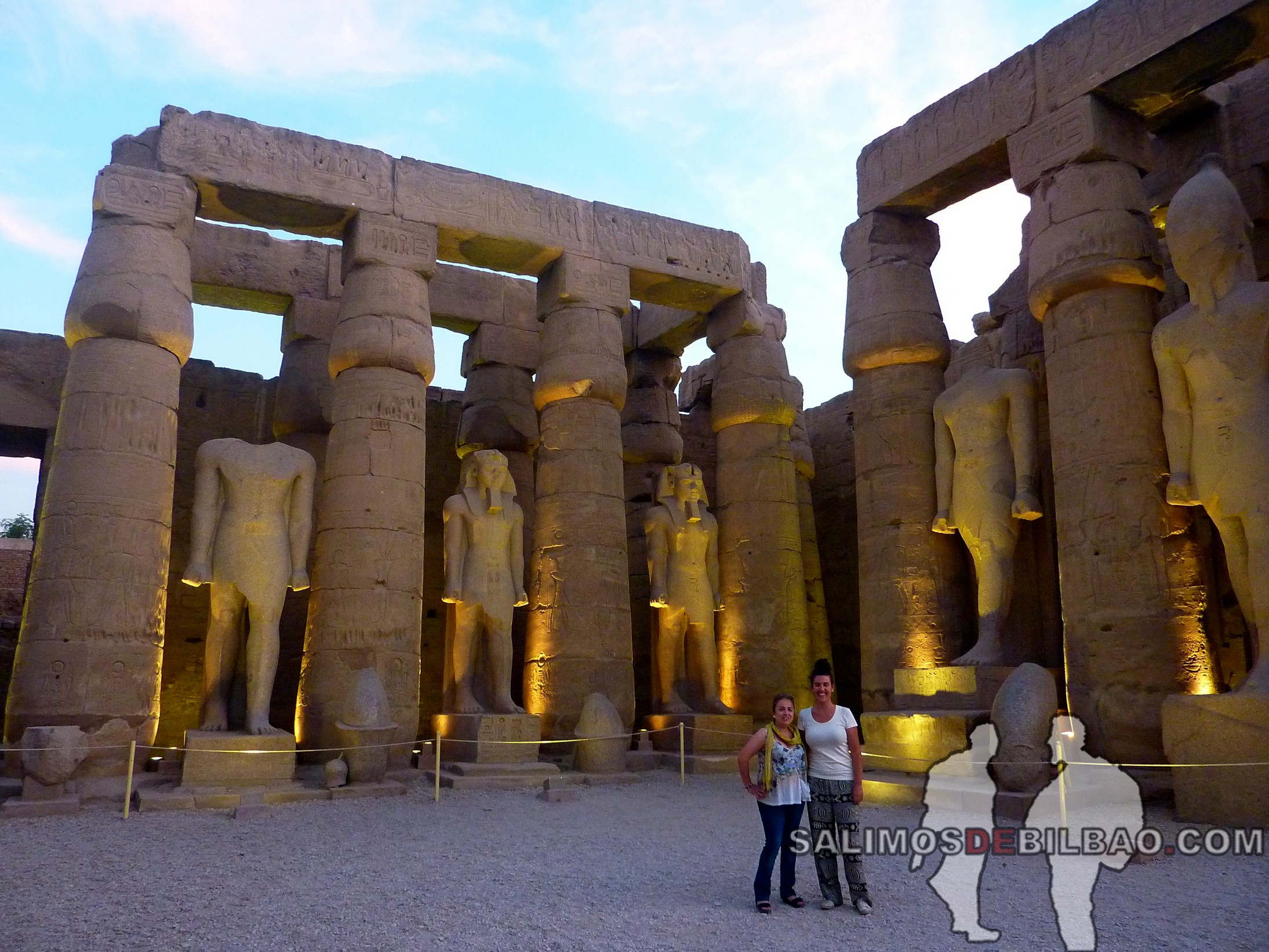 0733. Eugenia y Saioa, Templo de Luxor
