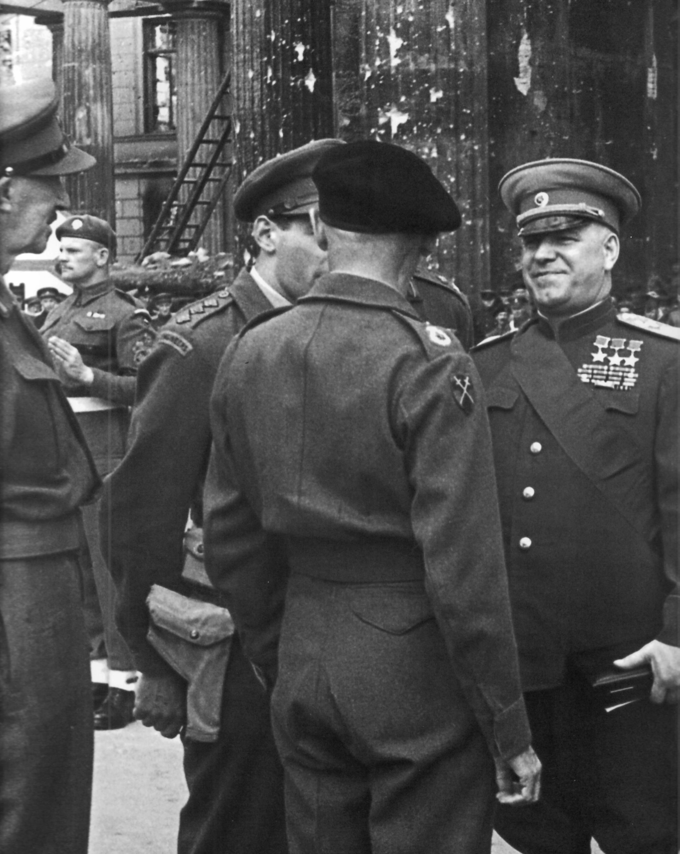 1945. Маршал Советского Союза Георгий Константинович Жуков разговаривает с британским фельдмаршалом Бернардом Монтгомери около Бранденбургских ворот Берлина после награждения