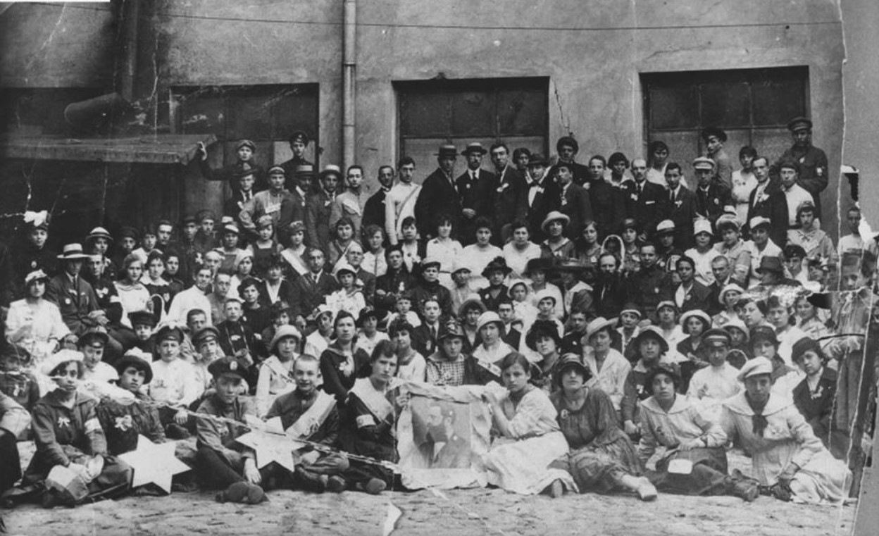 1918. День Шекеля. Еврейские дети в Вильно с портретом Теодора Герцля участвуют в благотворительной акции по сбору средств для сионистских организаций в Палестине