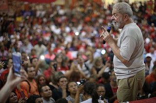 Lula speaks to supporters before his arrest; ex-president's defense will file appeals to keep him in the presidential race - Créditos: Filipe Araujo