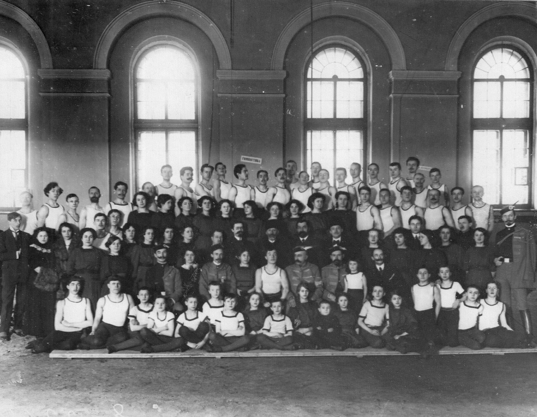 Группа членов общества в здании манежа. 1913