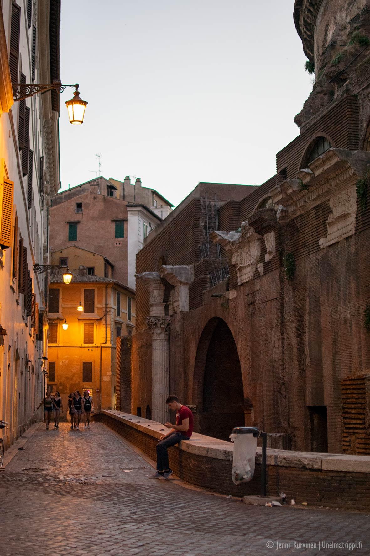 Rooman kujilla on tunnelmallinen, keltainen valaistus.